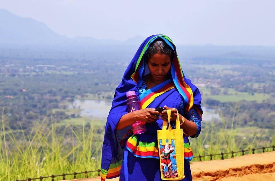 Mujer con sari en Sri Lanka