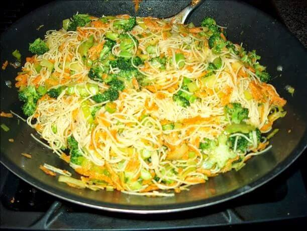 Plato de noodles fritos